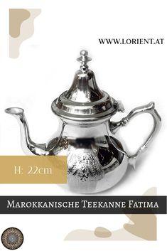 Unsere Teekannen sind Kunsthandwerksstücke, jede unterscheidet sich ein wenig von der Anderen.Wir erfreuen uns an der Schönheit und der Harmonie des marokkanischen Kunsthandwerkes, welches eine Jahrhunderte alte Tradition hat.#marokko #design #fes #marrakesch #teeglas #tee Fes, Tea Pots, Tableware, Design, Ageless Beauty, Moldings, Marrakech, Gift Crafts, Silver