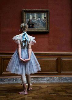 Bailarina elegantemente erguida mientras contempla la belleza de un cuadro de Ballet 💙💖💫🌸💫💖💙💎💎💎