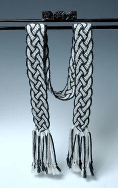 Ply-Split Scarf Braid' by Linda Hendrickson. Finger Weaving, Weaving Yarn, Tablet Weaving, Hand Weaving, Crochet Cape, Crochet Scarves, Tunisian Crochet, 4 Strand Braids, Mochila Crochet