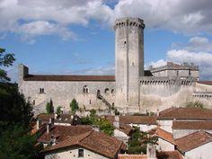 Château de Bourdeilles: sur la rive gauche de la Dronne, un long rocher sert d'assise à un ensemble fortifié surveillant le vieux pont médiéval. A sa pointe se dresse un haut donjon octogonal au pied duquel s'allonge son logis. Sur la terrasse, un second château édifié à la Renaissance lui fait face.