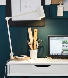 Nahaufnahme einer Schreibtischschublade, Laptop und RIGGAD Arbeitsleuchte mit Ladefunktion