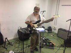 Pere al baix Squier amb ampli Fender Rumble