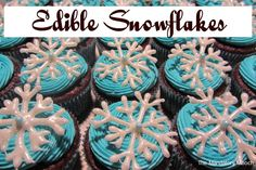 Edible Snowflakes - The Mandatory Mooch - Sugar Bee Crafts ///////////// Auntie Arlene sez: if you make the cupcakes, she will make the snowflakes for them & deliver them too! Christmas Desserts, Christmas Treats, Christmas Goodies, Christmas Recipes, Holiday Recipes, Christmas Time, Christmas Decor, Merry Christmas, Xmas