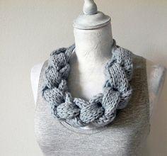 Scaldacollo in lana intrecciato. Azzurro polvere. di ylleanna