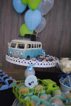 Balões de gás hélio e peças decorativas deixaram essa mesa de bolo ainda mais…