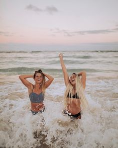 How to Take Good Beach Photos Best Friend Pictures, Bff Pictures, Friend Photos, Sister Beach Pictures, Bff Pics, Cute Friends, Foto Pose, Best Friend Goals, Summer Pictures