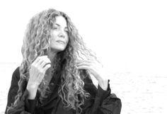 Ángela Becerra    Cali, 1957. Colombiana, publicista convertida a la narrativa. Tiene ojos azules, una melena envidiable y varios premios literarios en su haber. Su nariz me parece mucho más atractiva que los títulos de sus libros. Uno de ellos, de poesía, se llama Alma abierta. ¡Quihobo!