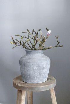 heel mooie, stoere pot met magnoliatakken