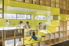 Rica studio where inspired by the Reggio Emilia teaching approach for the headquarters of English for Fun in Madrid, a school that promotes learning throug the five senses. Education Architecture, School Architecture, Architecture Plan, Interior Architecture, Interior Design, Classroom Architecture, Kids Library, Library Design, Kindergarten Interior