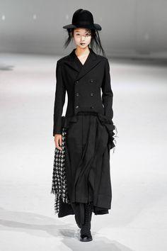 Yohji Yamamoto Fall 2020 Ready-to-Wear Fashion Show - Vogue Yohji Yamamoto, College Fashion, Fashion Week, Emilio Pucci, Fashion Details, Unique Fashion, Anti Fashion, Women's Fashion, Trendy Fashion