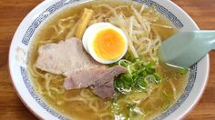ramen en soupe d'os bovin. beef bone soup ramen. 牛骨らーめん.
