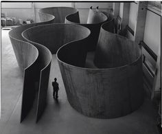 """Born in San Francisco in Richard Serra is one of the most significant artists of his generation. His work in sculpture and drawing has been celebrated with two retrospectives at the Museum of Modern Art twenty years apart: """"Richard Serra/Sculpture""""… Richard Serra, Land Art, Bilbao, Instalation Art, Gagosian Gallery, Sculpture Metal, Geometric Sculpture, Abstract Sculpture, Jean Michel Basquiat"""