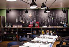 Hiltl ist laut Guinness World Records das älteste vegetarische Restaurant der Welt. 1898 in Zürich eröffnet, wird es heute in vierter Generation durch die Familie Hiltl geführt: mit bedientem À la Carte Restaurant, grossem Hiltl Buffet, Self, Take Away, Bar-Lounge, Club, Kochatelier, Catering, Laden mit der ersten Vegi-Metzg der Schweiz, diversen Standorten in der Stadt Zürich und vielem mehr.