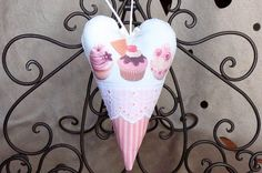 Coeur cupcakes rose a suspendre en coton et dentelle, shabby chic