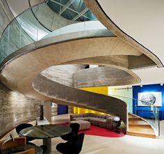 Com 1 mil m², casa ocupa terreno triangular e se destaca por fachada de concreto em curvas - Casa e Decoração - UOL Mulher