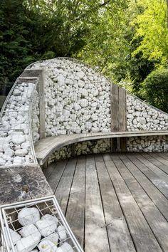 Gabion wall with attached bench - Garden Pathway Steep Gardens, Back Gardens, Small Gardens, Backyard Garden Design, Backyard Landscaping, Steep Backyard, Gabion Retaining Wall, Gabion Fence Ideas, Banco Exterior