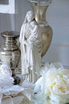 se - Madonna med barn Jeanne d´Arc Living shabby chic lantlig stil Madonna, Divine Mother, Mother Mary, Jungfrau Maria Statue, Prayer Corner, Virgin Mary Statue, Home Altar, Mama Mary, Altar Decorations