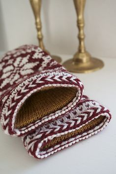 The pattern is based on a pair of traditional Selbu gloves from the modified into mittens. Cable Knitting, Knitting Socks, Hand Knitting, Knitting Patterns, Mittens Pattern, Knit Mittens, Knitted Gloves, Norwegian Knitting, Fingerless Mitts