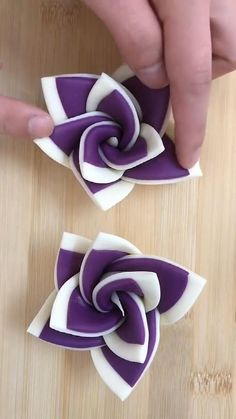 Cake Decorating Frosting, Cake Decorating Videos, Cake Decorating Techniques, Fondant Flower Tutorial, Fondant Flowers, Fondant Bow, Polymer Clay Flowers, Polymer Clay Crafts, Creative Food Art