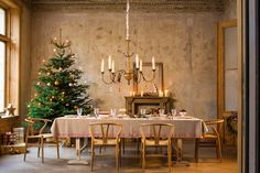 Villeroy & Boch, Classic Christmas Christmas Decorations, Table Decorations, Noel Christmas, Timeless Elegance, Christmas Inspiration, Innovation Design, Decorative Items, Modern Design, Table Settings