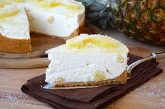 La cheesecake ananas e cocco è un delizioso dolce estivo, goloso e cremoso ma fresco e fruttato.