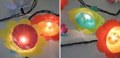 Decoração de Natal com pisca-pisca e forminhas passo a passo. Aprenda como pode ser simples criar um enfeite legal para as luzes do seu pisca-pisca!