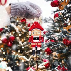 ❆ ↠ Ⓓⓐⓨⓢ ⓤⓝⓣⓘⓛ ⓧⓜⓐⓢ ⑤⑨ ❆ ❆ The nutcracker sits under the holiday tree, a guardian of childhood stories. Feed him walnuts and he will crack… Christmas Feeling, Christmas Time Is Here, Cozy Christmas, Beautiful Christmas, Vintage Christmas, Days Until Xmas, Russia 2018, Christmas Decorations, Christmas Ornaments