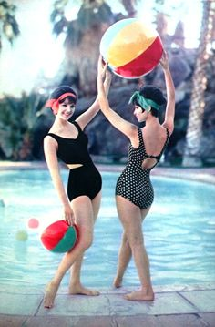 Seventeen May photo Francesco Scavullo - In search of the perfect bathing suit Moda Vintage, Vintage Vogue, Vintage Versace, Vintage Dior, Vintage Makeup, Vintage Models, Vintage Glamour, Vintage Bikini, Vintage Swimsuits