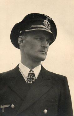 Kapitänleutnant Harald Gelhaus ( 24. juli 1915 - 2. dezember 1997 )