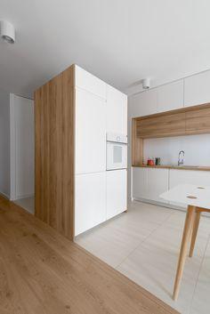 מטבח לבן עם עץ וגם הרצפה. לבן מעבר לים: הצצה לדירה טרנדית בפולין | בניין ודיור