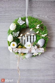 A durable door wreath with different silk flowers, dried materials and many details that want to be discovered. Tulip Wreath, Floral Wreath, Dream Catcher Nursery, Modern Wreath, Spring Door Wreaths, Spring Projects, White Tulips, Minimal Decor, Felt Decorations