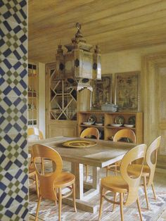 The dining room in the de Gunzburg's Provençal mas decorated by Jacques Grange. Photo by Henry Bourne; House and Garden; July Nice play of geometries. French Interior Design, Top Interior Designers, Dining Corner, Apartment Decoration, French Country Dining, Fashion Room, Dining Room Design, Beautiful Interiors, Fine Dining