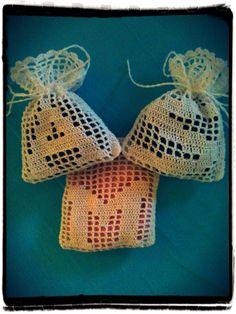 Sacchetti Porta Confetti A Filet Con Ini - Diy Crafts Diy Crafts Crochet, Crochet Art, Thread Crochet, Crochet Gifts, Cute Crochet, Crochet Flowers, Crochet Sachet, Knitting Patterns, Crochet Patterns