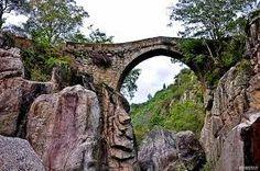 HELDER BARROS: Monumentos - A bonita Ponte da Misarela situa-se sobre o cristalino rio Rabagão, em pleno Gerês, perto da Barragem da Venda Nova, mais propriamente no lugar da Misarela, freguesia de Ferral, no concelho de Montalegre.