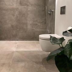 Kundefoto - Der er skabt en hyggelig stemning på badeværelset vha. store fliser i jordfarve og en dekorativ plante 🌿😍 #interiordesign #interiør #scandinavianbath #beautifulbathroom #badeværelse #hygge #bobedre #HansGrohe #Duravit #restroom #madeinitaly #badrum #fliser #murer #tiletrends #tiles #tilelove #tiling #nybyggeri #nybyg #homedesign #instalovers #archilovers #designinspiration #bad #bathroomlove #bathroomdecor #bathroominspiration #bathroominterior #badeværelse #aarhusbadogfliser