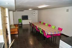 TERUEL, TORNOS. Casa rural Casa Laberinto. Con una capacidad para 12/15 personas, dispone de cuatro amplios y modernos dormitorios, sala de estar con dos sofás cama doble y chimenea, tres baños, dos cocinas y una espaciosa #bodega con #horno_artesano de leña. En el exterior jardín con huerto y barbacoa. Situada en la comarca del #Jiloca y cerca de la #Laguna_de_Gallocanta. #casa_rural_con_bodega
