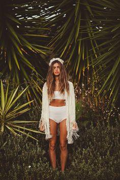 jungle wanderer blue hair and hippie style Bohemian Mode, Bohemian Style, Boho Chic, Hippie Chic, Hippie Style, White Kimono, Fringe Kimono, Kimono Jacket, Moda Boho