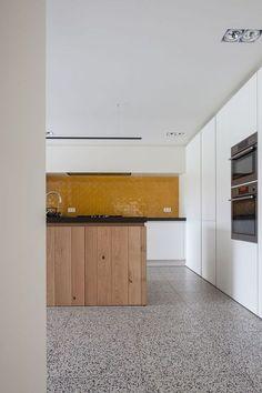 The terrazzo in the kitchen: Granito trend Retro Interior Design, Flat Interior, Kitchen Interior, Kitchen Tiles, Kitchen Flooring, Kitchen Design, Terrazo Flooring, Polished Concrete Kitchen, Terrazzo Tile