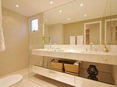 O banheiro do casal conta com duas cubas e, abaixo da pia, há um nicho para dispor itens decorativos. O projeto é das arquitetas Daniella e Pricilla de Barros. Informações: (0xx11) 2503-3770/2503-3773  Foto: Divulgação