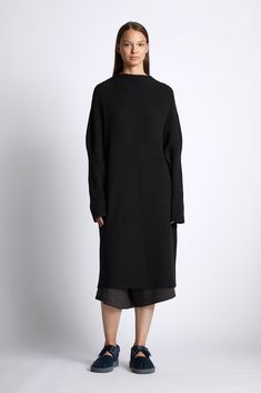 GBP Chunky vertical Cashmere / Wool blend rib dress in wool cashmere with a grown-on high neck. Cashmere Wool, Wool Dress, Cotton Bag, Light In The Dark, Wool Blend, High Neck Dress, Dresses With Sleeves, Model, Autumn
