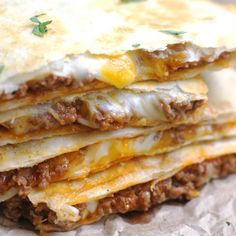 Simple, no-fuss Quesadillas that are slightly crispy, totally cheesy and amazingly delicious! These Cheesy Ground Beef Quesadillas are fantastic! Ground Beef Quesadillas, Food Network Recipes, Cooking Recipes, Cooking Ideas, Le Diner, Ground Beef Recipes, Hamburger Recipes, Mexican Food Recipes, Mexican Meals