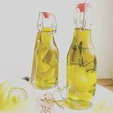 Kennt ihr schon mein Zitronen-Öl? Es geht blitzschnell ⚡️und schmeckt herrlich! Außerdem lässt es sich toll verschenken! #linkinbio #yummy #zitronenöl #diypresent #foodporn #momblogger #vegan #bestoftheday #olivenöl #umami #zitrone #homemade #igersvienna #instagood #instafood #iphoneonly