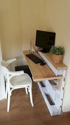 Pallet Furniture Projects bureau-palette - Prenons le temps - Pallet furniture pieces to embellish your home or garden. Pallet Desk, Wooden Pallet Projects, Pallet Crafts, Diy Pallet Furniture, Furniture Projects, Home Projects, Furniture Design, Furniture Plans, Wood Desk
