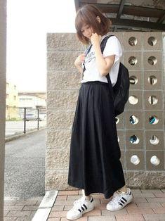 シンプルなモノトーンコーデ。おうちに一枚はありそうなロゴTシャツにロングスカートを合わせてシックなモノトーンでまとめています。バックパックは色のものを合わせてもいいですね。
