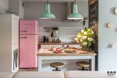 Retro Home Decor Smeg Kitchen, Boho Kitchen, Home Decor Kitchen, Retro Fridge, Pink Smeg Fridge, Sweet Home, Open Plan Kitchen Living Room, Retro Home Decor, Cafe Interior
