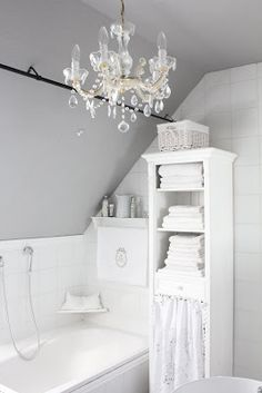 Photography Gallery Sites White bathroom from White and Shabby Totally in love with the chandelieur