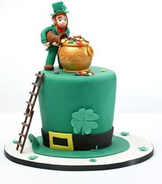 St Patrick's Day cake with fondant leprechaun #leprechaun #stpatricksday #irishcake #greencake