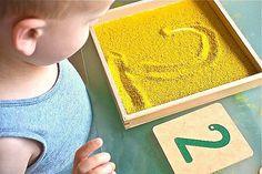 Apprentissage écriture sur sable, sucre...