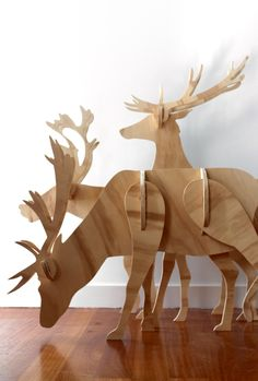 Wat zie je? Rendieren gemaakt van hout.   Waarom heb ik dit gekozen? Omdat rendieren bij kerst horen.