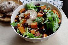Salade met zoete aardappel en bietjes uit de oven. Dit lunchrecept is perfect voor het weekend!